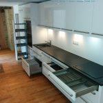 Cuisine, aménagement des portes et tiroirs.