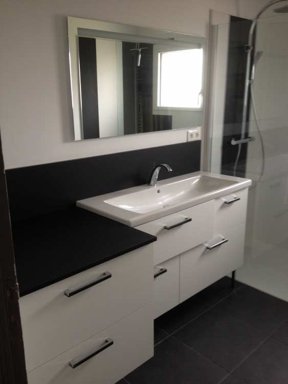 Salle de bain, noire et blanche, meubles suspendus.